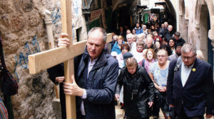 Israel_Palestine_Jerusalem_ACN_Pilgrimage_carrying_cross_Via_Dolorosa_642px