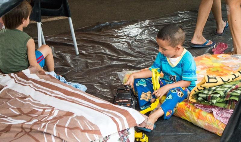 ecuador_little-boy-plays-in-a-shelter-1